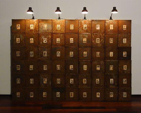 Christian Boltanski, Réserves, mur des suisses morts, 1990 - J'♥ Avignon à la Collection Lambert