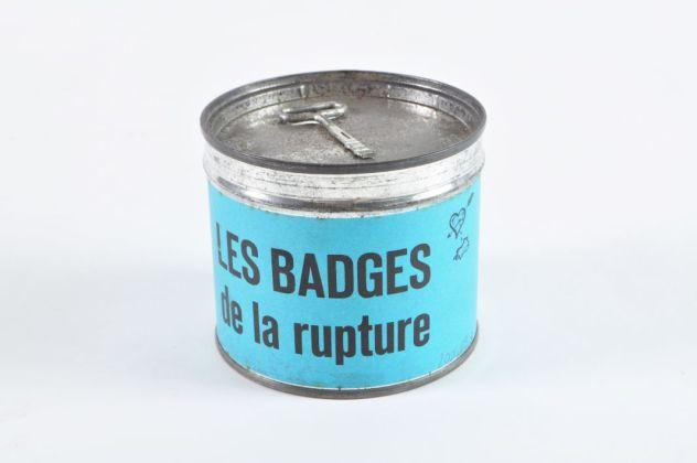 Boîte de « badges de la rupture » France, vers 1960 Mucem © Mucem. Inutile de se voiler la face : ils se marièrent, vécurent heureux et eurent beaucoup d'enfants n'est pas l'unique conclusion d'une belle histoire d'amour. Elle peut se finir de manière abrupte par une dispute orageuse, un lâche SMS, une lettre amère, voire un explicite badge « Il embrasse mieux »…
