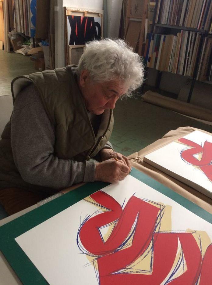 """Signature dans l'atelier d'Alain Clément de la sérigraphie éditée spécialement par A+Art et Tchikebe, à l'occasion de l'exposition """"La science du désordre""""."""