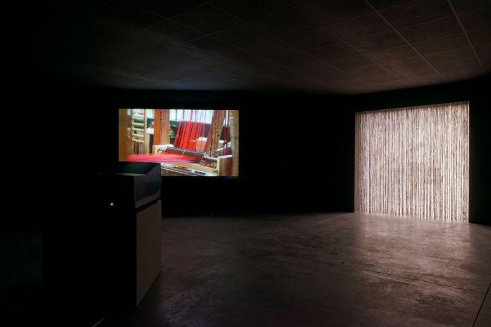 Simon Starling, Red, Green, Blue, Loom Music, 2016. À l'ombre du pin tordu, vue de l'exposition au Mrac, Sérignan, 2017. Photographie Aurélien Mole