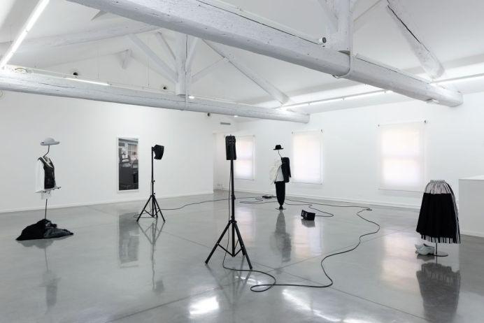 Simon Starling, The Liminal Trio plays the Golden Door, 2017. À l'ombre du pin tordu, vue de l'exposition au Mrac, Sérignan, 2017. Photographie Aurélien Mole