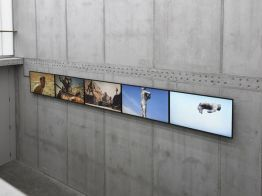Clemens Von Wedemeyer, The Beginning. Living Figures dying, 2013 Installation vidéo HD. 18' Vue de l'installation à KOW, Berlin, 2015. Photo Ladislav Zajac Courtesy KOW, Berlin & Galerie Jocelyn Wolff, Paris © C. von Wedemeyer. Un désir d'archéologie à Carré d'art – Nîmes