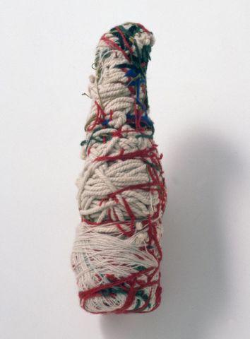 Judith Scott, Poupée – bouteille, Donation de L'Aracine en 1999 LaM, Lille métropole musée d'art moderne contemporain et d'art brut, VilleneuveD'Ascq © photo Philip Bernard