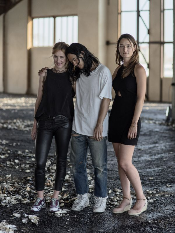 Charlotte Cosson et Emmanuelle Luciani avec Korakrit Arunanondchai Photos © Benjamin Bechet