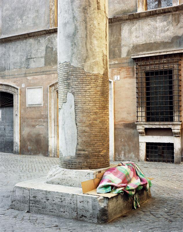 Veronique Ellena, Piazza Massimo, série Les Invisibles, Rome, 2011, épreuve argentique. Collection galerie Alain Gutharc, Paris