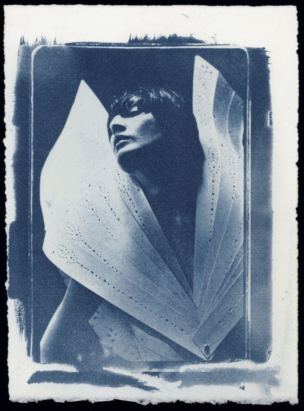 Ann Ray, Erin as Angel, Londres, 1998 (N° 13, Erin O'Connor, cyanotype par l'auteur)