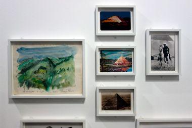 René Burri, Tessin, aquarelle, 2003 - Cartes postales et René Burri à cheval, pyramides de Gizeh, 1970 - Les pyramides imaginaires aux Renconres Arles 2018