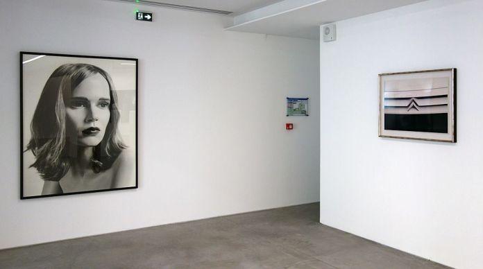 Valérie Belin, Sans titre, série « Mannequins », 2003 et Raymond Hains, Citroën, moi j'aime, 1996 - La complainte du progrès au MRAC - Vue de l'exposition