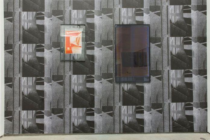 Basile Ghons, untitled, 2018 papier peint sérigraphié, dimensions variables untitled (bye), 2018, dessin photocopié, 29,7 x 42 cm, 2018 untitled, 2018, photocopie, acier, verre 106 x 63,5 cm
