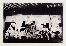 Dora Maar, Etat II bis de Guernica dans l'atelier des Grands Augustins, Paris, mai-juin 1937 - Reprodiction de la photographie conservée par le musée Piacasso Paris