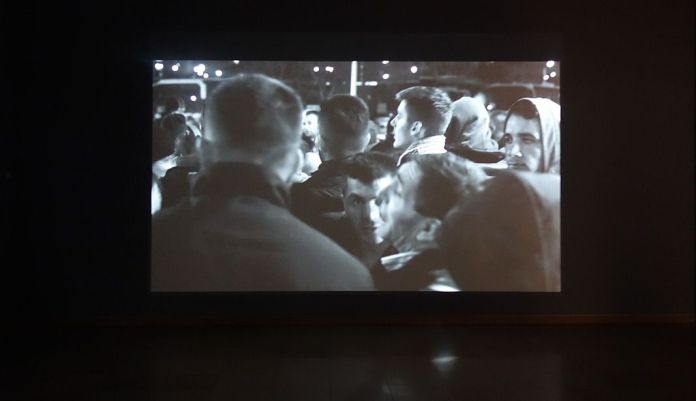 "Ibro Hasanovic - Note on Multitude, 2015 - Exposition Ligne de fuite - Carré d'art - Nîmes. Vidéo, 7'43"". Courtesy de l'artiste & Kadist Collection."