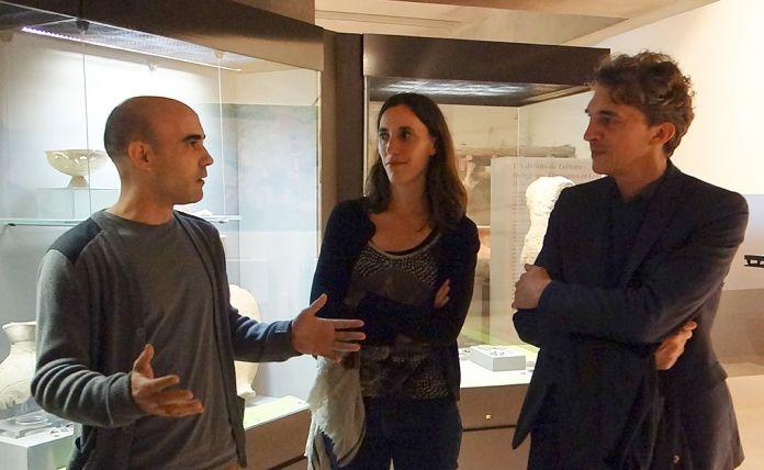 Raphaël Zarka en compagnie de Diane Dusseaux , directrice du musée et Nicolas Bourriaud , commissaire de l'exposition - Spolium Site archéologique Lattara – musée Henri Prades
