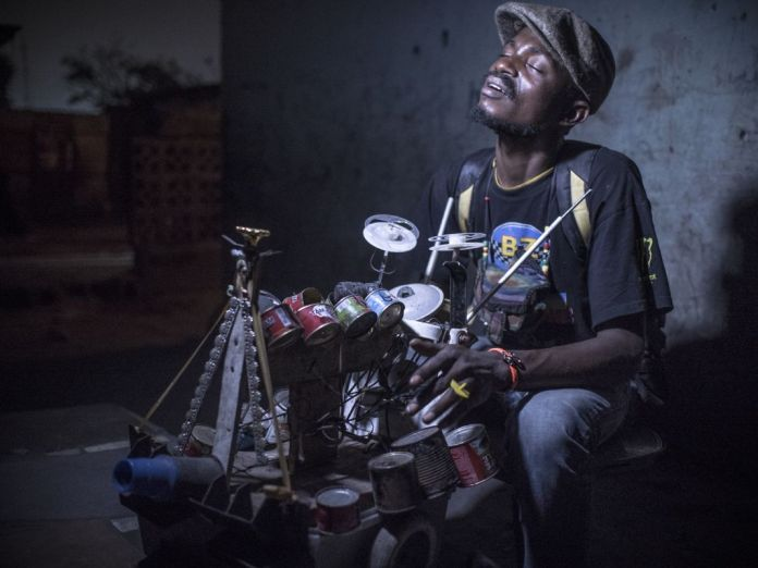 Renaud Barret - Dido Oweke, fabricant d'instruments - Quartier Ngwaka