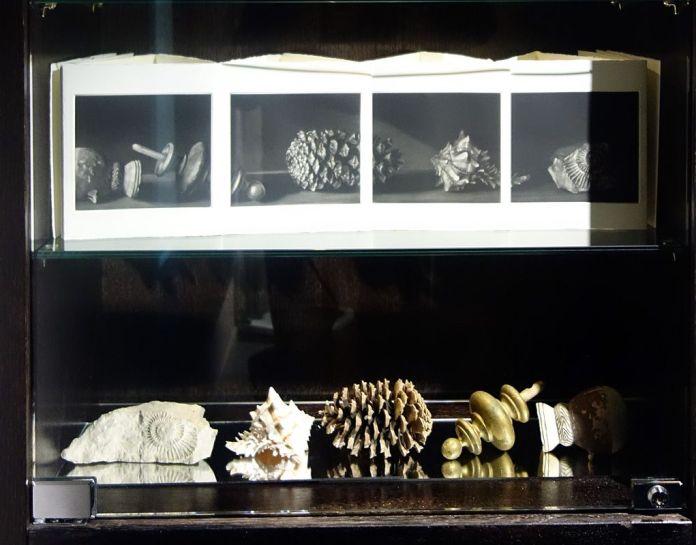 Ecriture aux objets d'encre, James Sacré - Exposition Verdigris- le noir en filigrane au musée Médard Lunel