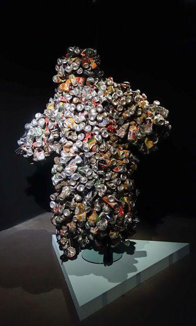 Eddy Ekete (né en 1978 à Kinshasa ; vit et travaille entre Paris et Kinshasa) Homme canette (2015) Costume confectionné en canettes d'aluminium