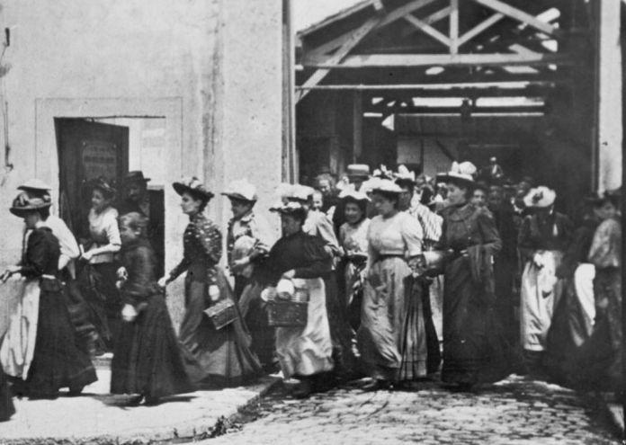 Louis et Auguste Lumière Ouvriers quittant l'usine Lumière, 1895. Film de 35mm film, noir et blanc, sans son, silent, 16 images par seconde, 17 mètres. Avec l'aimable autorisation de l'Institut Lumière.