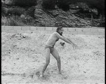 Luc Moullet, Ma première brasse, 1982. Film 16mm noir et blanc, son, extrait de 4' (durée totale 43'03). Institut national de l'audiovisuel (INA) © Luc Moullet / Institut national de l'audiovisuel (INA), 1982