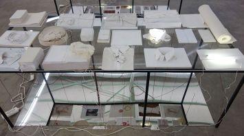 Laura Lamiel - Forclose 1, 2*, 3*, 4*, 5*, 2017 - 2018. Acier, plexiglas, miroir, dessins, photographies, brique d'acier émaillée, tubes fluorescents, tissus, papier, dessins, photographies, objets divers – 85 × 205 × 88 cm (chaque). *Production CRAC Occitanie.