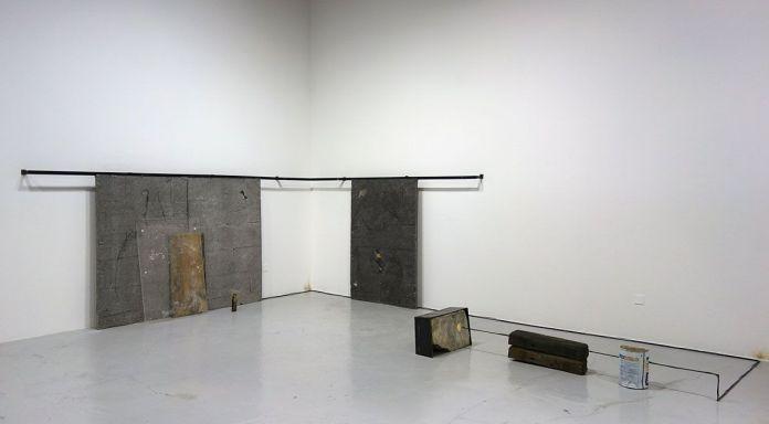 Adrien Menu - Dialogue distendu, 2018, acier, plâtre, résine acrylique, bois, leds électroniques, bronze, aluminium, plexiglass, pierre, 144 x 483 x 340 cm. Sud magnétique - Vidéochroniques