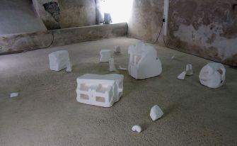 Amandine Capion - La forme du fragment, 2017, gravats, enduit de rebouchage, dimensions variables. Sud magnétique - Vidéochroniques