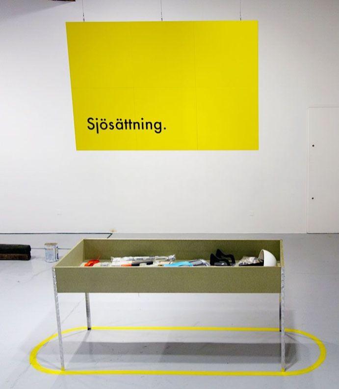 Jérémy Boulc'h - Sjösättning, la tâche du designer, 2017, pieds en acier, objets manufacturés, bois aggloméré, bois laqué, câble d'acier, dimensions variables