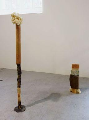 Masahiro Suzuki - Un paysage de peintures N°10 : nomade, 2019, matériaux trouvés dans la forêt de Tronçais (Allier) et de Clermont-Ferrand, teintures végétales, huile avec pigments fabriqués et industriels, toile de coton, branchages, techniques mixtes, dimensions variables. Sud magnétique - Vidéochroniques