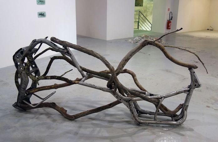 Valentin Martre - Prototype chimérique, 2018, cadre de scooter, branches d'arbres, 118 x 240 x 70 cm. Sud magnétique - Vidéochroniques