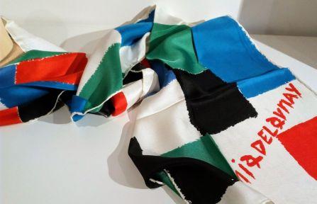 « Echarpe simultanée » d'après Sonia Delaunay, 1969 Echarpe en soie imprimée en 4 couleurs. Impression manuelle, éditeur Del Naviglio, Milan, Pinto imprimeur, Côme, 1969. Format : 158 x 35 cm. – à Moderne/s.