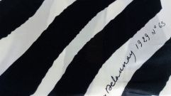 « Foulard simultané » (détail) d'après Sonia Delaunay - Motif « 1929 n°65 », vers 1970 Carré de soie imprimé en une couleur. Motif « 1929 n°65 ». Impression manuelle, éditeur et manufacture inconnus, France, vers 1970. Format : 78 x 77 cm. – à Moderne/s.