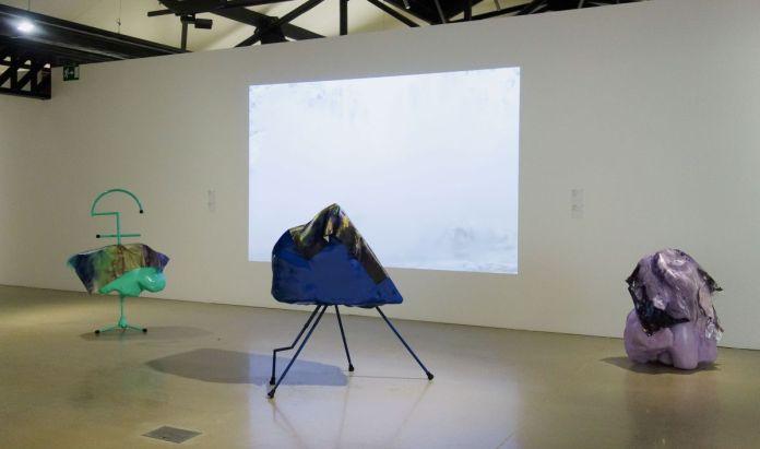 Anouk Kruithof - Ice Cry Baby, Snug Fit (Bien ajusté), Squabble (Brouille) et Flat Head (Tête plate), 2017 - Sur Terre - Rencontres Arles 2019