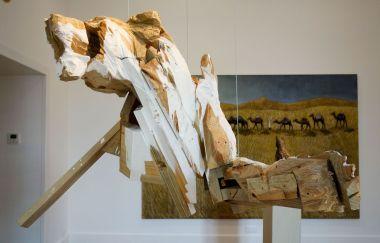 Wim Botha - A Thousand Things (part 15), 2012 et Stephan Balkenhol - Caravane et chien, 2018 - Bêtes de scène à la Villa Datris - Sauvageries humaines