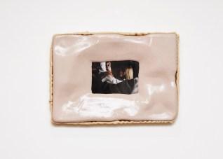 Erwan Sene, Sans Titre (Dermomania #8), 2018. En collaboration avec Charles Negre C-Print, résine epoxy, tissu, bois, 58 x 40 cm
