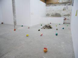 Ilyes Mazari, Sans titre, 2019. 13 éléments indépendants, plâtre, encre, 12 x 15 x 19 cm