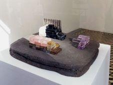 Rodolphe Huguet - Maison de Mineur, 2012-2013 - Stone Power à la galerie quatre - Arles - Photo Rodolphe Huguet - Terre cuite, briques lapidées en améthyste violette et rose, quartz rose et cognac, onyx, bloc de quartz brut, tôle ondulée en argent. 35 × 28,5 × 12 cm