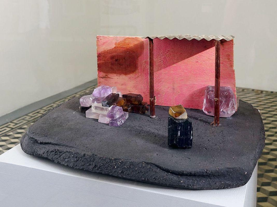 Rodolphe Huguet - Maison de Mineur, 2012-2013 - Stone Power à la galerie quatre - Arles - Photo Rodolphe Huguet - Terre cuite, briques en aigue-marine, topaze azul, tôle ondulée en argent, contre plaqué brésilien. 35 × 28,5 × 12 cm