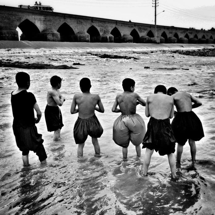 Morteza Herati, série «Batchah ha-ye rudkhanah» [Les garçons du fleuve, sérieI], 2016 ©Morteza Herati