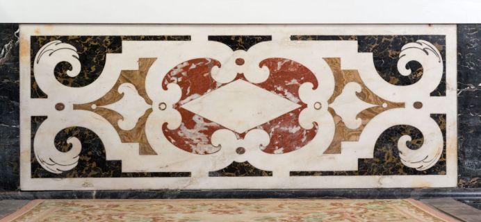 Francesco Macetti (parfois appelé Masetti, Massetti, Mazzetti) et atelier, décors de marbre de la chapelle Deydé , Tapis du marchepied de l'autel, chapelle de la Croix, vers 1668-1679