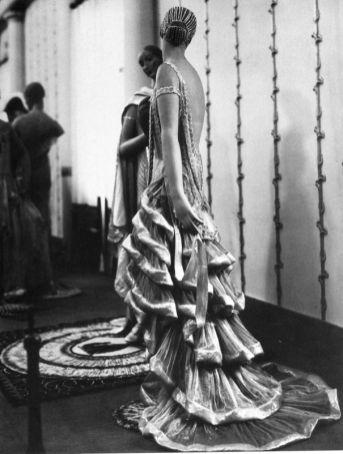 Man Ray - Le Pavillon de l'Élégance, exposition internationale - Robe du soir « Apollo » de Jeanne Lanvin, 1925 - 1995