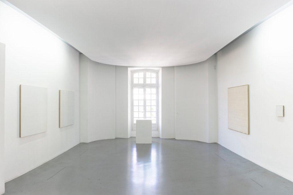 Robert Ryman - Vue d'exposition Un art de notre temps #2 à la Collection Lambert © Adagp, Paris, 2019 - photo Victor Picon