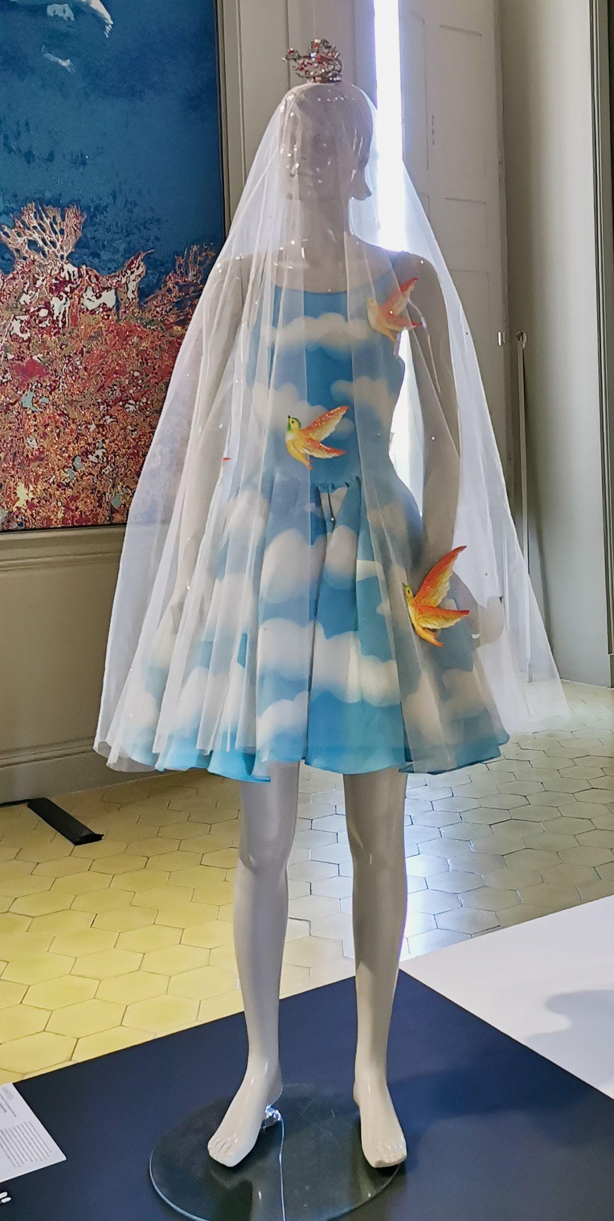 Carven - Carmen de Tomasso - Robe de mariée et son voile, 1995 - L'héritage surréaliste dans la mode au Château Borély - Grand Salon