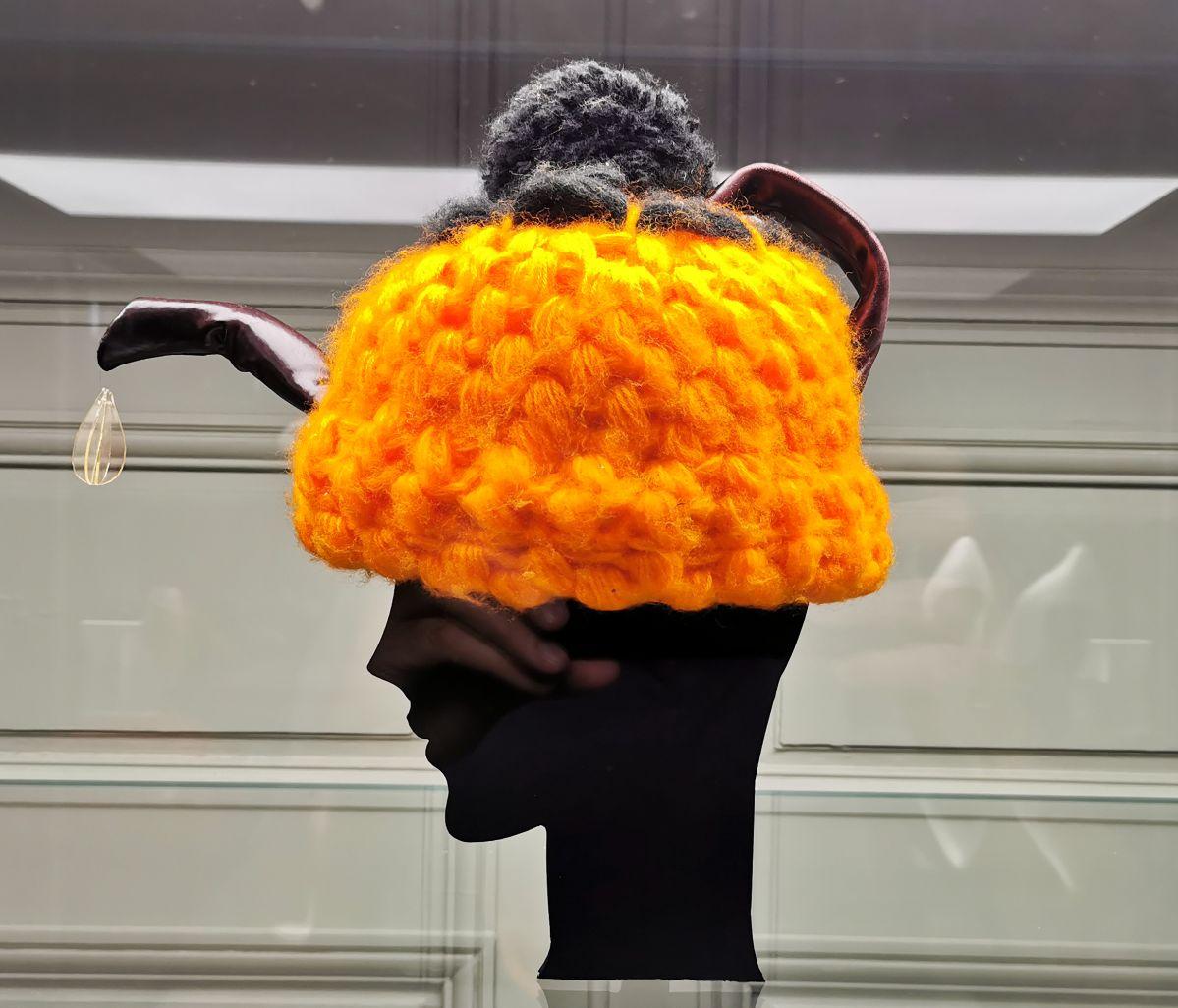 Jean-Remy Daumas - Bonnet, Automne - Hiver 1985-1986 - L'héritage surréaliste dans la mode au Château Borély - Grand Salon - Accessoiresa