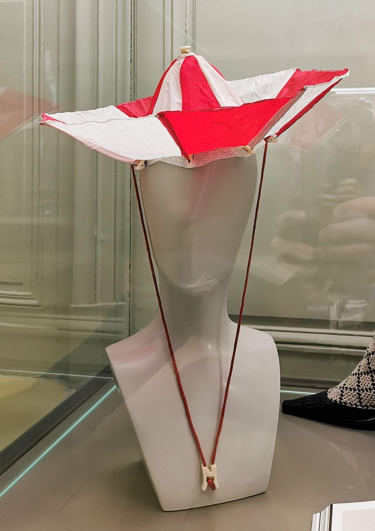 Jean-Remy Daumas - Chapeau-parapluie, Printemps - Eté 1987 - L'héritage surréaliste dans la mode au Château Borély - Grand Salon - Accessoires