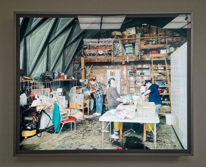 Jeff Wall - Dressing Poultry, 2007 - 00s - Collection Cranford - les années 2000 au MOCO Montpellier