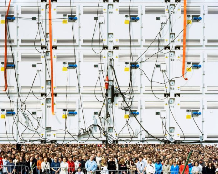 Mark Power, Les funérailles du pape Jean-Paul II retransmises en direct du Vatican. Varsovie, Pologne, série The Sound of Two Songs [L'air de deux chansons], 2005 © Mark Power Magnum Photos