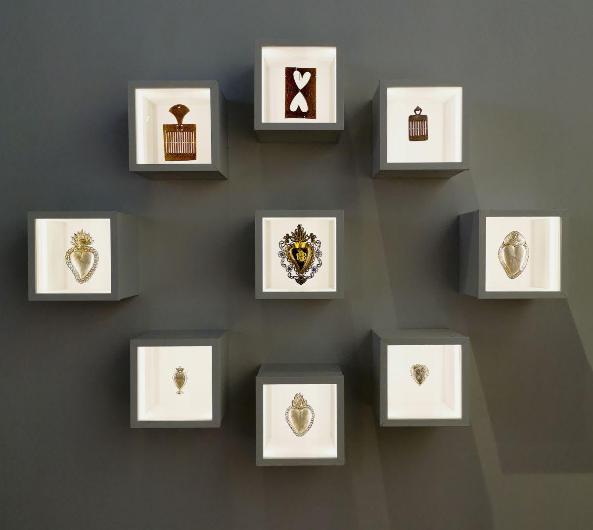 Ex voto, pasettes à ruban et plioir à dentelles - Jeff Koons au Mucem - Œuvres de la Collection Pinault - Salle 5 - vue de l'exposition