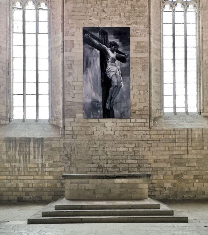 Yan Pei-Ming - Crucifixion, 2021. Huile sur toile, 500 x 200 cm. igres et vautours à la Grande Chapelle du Palais des Papes