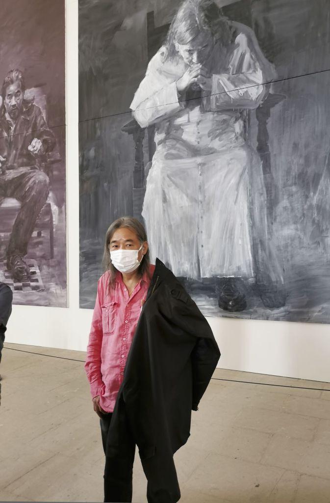 Yan Pei-Ming devant son Autoportrait en trois personnes, 2020 - Tigres et vautours à la Grande Chapelle du Palais des Papes – Avignon
