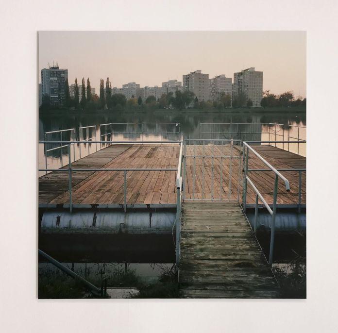 Suzanne Hetzel, Ponton, 2013. Photographie sur lambda sur Dibond. 120 x 120 cm. Memories Still Green - Vidéochroniques