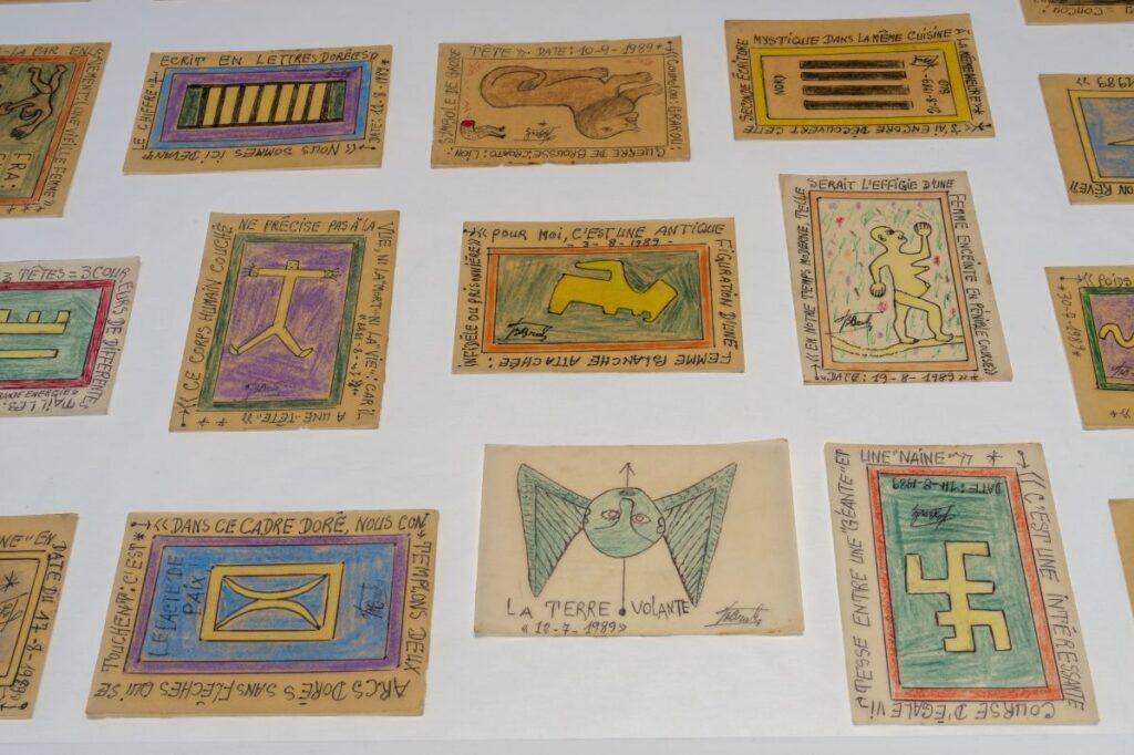 Frédéric Bruly Bouabré - Ensemble de dessins sur papier calque, 1989 - Alphabets et codes - Cosmogonies - Zinsou, une collection africaine au MOCO-Hôtel des collections. Photo Marc Domage