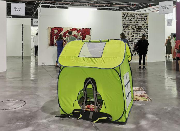 Ciaccia Levi - Chalisée Naamani, Maison sac à dos ou Habit(acle), 2020 - Art-o-rama 2021 à la Cartonnerie - Friche la belle de Mai